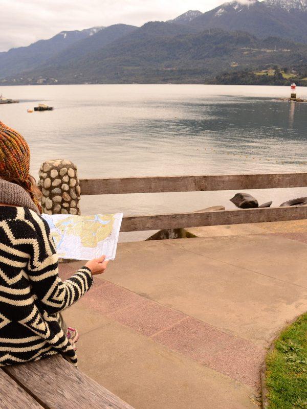 Turista en costanera_Cochamó